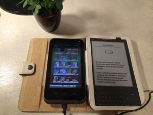 電子書籍が出始めたころに買ったSHARPのガラパゴスとAmazonから輸入したKindle。