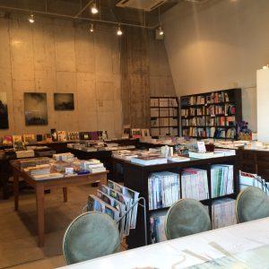ブックカフェも気づきとなる本を発見できる楽しさがあります。